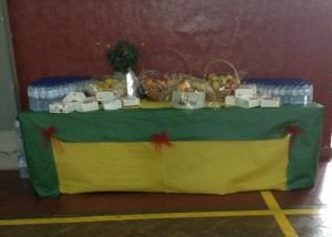 Mesa com alimentos doados pelo mini preço Semide