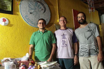 Os reikianos Ricardo Silva, Marcílio Costa e Denyson Caldeira atendem gratuitamente no Espaço Criar, no bairro Luciano Cavalcante